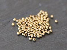 25 perles à écraser 2mm rondes en laiton brut : Apprêts par myo-supply