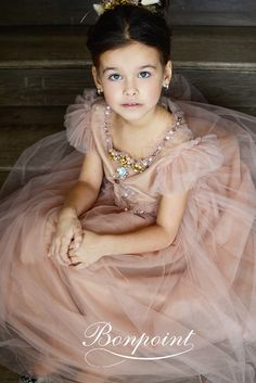 macaronis kids fotokot bonpoint Dama Dresses, Girls Dresses, Flower Girl Dresses, Bon Point, Fairytale Dress, Baby Couture, Little Fashionista, Inspiration For Kids, Bridesmaid Dresses