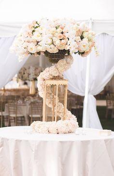 Sophisticated wedding centerpiece; photo: Reverie VP