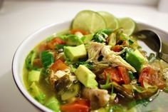 Kulinaari: Lempeän lämmittävä kana-avokadokeitto
