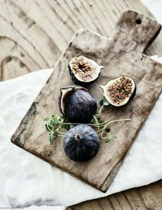 Figs in dark purple on a wooden plate - A great example of beautiful food styling. Food Styling, Food Photography Styling, Good Food, Yummy Food, Purple Home, Fruits And Veggies, Vegetables, Food Pictures, I Foods