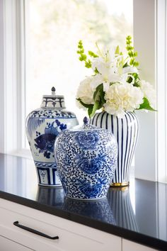 20 Pretty Blue and White Tabletop Designs You Need is part of White Home Accessories Decor - Absolutely stunning blue and white tableop designs you can easily implement Get inspired with easy to copy blue and white table top design Blue And White Living Room, Blue And White Vase, White Vases, White Rooms, Black White, Chinoiserie Chic, Chinoiserie Wallpaper, White Table Top, Table Top Design
