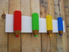 Perchero de pared infantil con forma de lapices. Base fabricada en melamina color blanco y los cuatro lapices fabricados en DM lacado cada uno en su color. Ideal para decorar el cuarto de un niño o niña. Lo encontrará en www.percherosdepared.es
