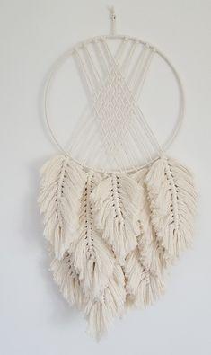 Macrame Wall Hanging Patterns, Crochet Wall Hangings, Macrame Patterns, Diy Yarn Decor, Diy Dream Catcher Tutorial, Hanging Beds, Rope Art, Macrame Design, Dream Catcher Boho