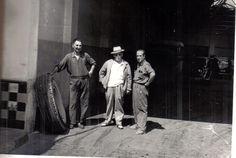Posada de la Paja. 1960. Situada enfrente de las Torres de Quart, era el centro de recepción de mercancía de los ordinarios que hacían el servicio de transportes con pueblos de Cuenca, de la zona de Minglanilla, Motilla del Palancar, Iniesta, etc. Funcionaba como garaje de toda clase de vehículos, incluso autobuses. En la época de la siega del trigo, julio, agosto, llegaban muchos camiones de esa zona, cargados con pacas de trigo, para el forraje de ganado y otros usos. En esa época era…