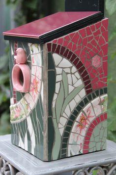 vogelhuis mozaïek met tegels en seviesgoed