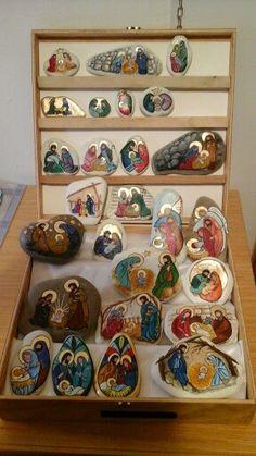 Presepi Family Christmas Ornaments, Christmas Artwork, Christmas Rock, Christmas Nativity, Diy Christmas Gifts, Pebble Painting, Pebble Art, Stone Painting, Painted Shells