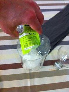 Un piège anti moustiques infaible grace au site pour enfants caboucadin. Du sucre et de la levure chimique avec une bouteille en plastique coupée en deux.