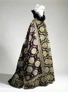 Charles Frédéric Worth Cape, c. 1895. Evening cape of  La Comtesse Greffulhe (1860-1952), cut in Boukhara caftan offered by the Tsar. © Patrick Pierrain / Galliera / Roger-Viollet