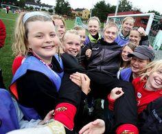 Rundt 50 jenter møtte opp Rygge IL hadde et ønske om at flest mulig jenter skulle delta på årets fotballskole. Rundt 50 jenter møtte opp, noe klubben var meget godt fornøyde med. Totalt deltok 158 barn på årets fotballskole på det nye kunstgresset i Rygge Idrettspark.