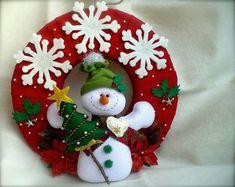 APRENDE HACER CORONAS NAVIDEÑAS DE FIELTRO CON MOLDES PASO A PASO Christmas Cake Topper, Felt Christmas Ornaments, Christmas Wreaths, Christmas Crochet Patterns, Christmas Embroidery, Bunny Crafts, Felt Crafts, Rustic Christmas, Christmas Crafts