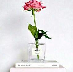 Vasinho com vidro de perfume Chanel.