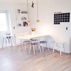 Livingroom. Spisestue. FDB stole. Frandsen Ball kobber lamper. Wall sticker calendar. Kay Bojesen aben. IKEA EKTORP. Scandinavian interior. Decorating. White interior.