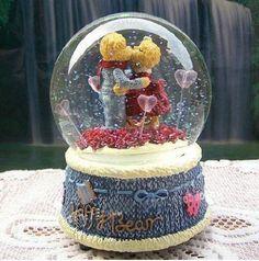 Neve bela resina amante bola de cristal caixa de música e românticas do presente-