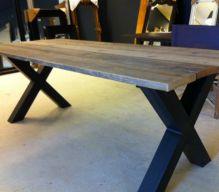 Industriele steigerhouten tafel met stalen kruispoot frame
