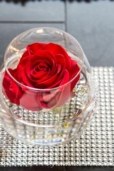Easy and Elegant Valentine Table Decoration Ideas | Looking for some Valentine table decoration ideas but don't have a lot of time? Try this list of elegant options that are fast and easy to do.