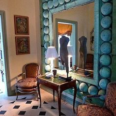 #makeanentrance#hall#hallway#blackandwhite#lamps#verdigris#mirror#table#antiques#lamps#art#pictures#reflections#chairs#statue#blinds#patina#gold#ormalu#statement#welcome#tiles