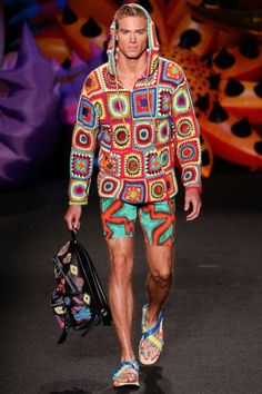 Jeremy Scott is proud to call LA home. So this year, he's bringing his menswear collection for Moschino to his own backyard. Staged in an exotic garden wonderland, Scott's Moschino Menswear vision is a vibrant outburst of. Fashion 2017, Runway Fashion, Fashion Show, Mens Fashion, Fashion Weeks, London Fashion, High Fashion, Moschino, Pull Crochet