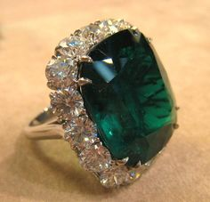 Amazing emerald ring! I Love Jewelry, Modern Jewelry, Luxury Jewelry, Jewelry Rings, Fine Jewelry, Insta Ring, Emerald Jewelry, Emerald Rings, Ruby Rings