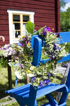 red house and flower wreath- Dalarna Swedish Cottage, Swedish House, Sweden Places To Visit, Austin Rosen, Orange Rosen, Flower Head Wreaths, Swedish Style, Flowers In Hair, Blue Flowers