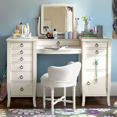 Check out most updated Unique Bedroom Vanity Desk White Makeup Vanity Table concepts in a number of photos from Angela Stewart, home improvement expe. Make Up Desk Vanity, Vanity Room, Vanity Desk, Furniture Vanity, Vanity Tables, Teen Vanity, Mirror Desk, Furniture Sets, Girls Vanity