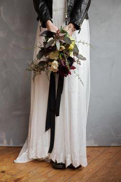 opulenter Brautstrauß mit Rosen, Gerbera und viel Blattgrün bei www.weddingstyle.de   Foto: Doreen Kühr
