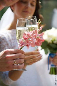 Свадебные бокалы. Свадебные бокалы с веточкой фрезии.