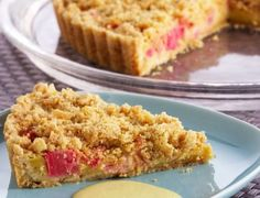 delectable-rhubarb-and-custard-pie-with-butter-crumble