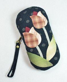 선글라스 또는 안경 케이스 자료 입니다. 세상의 자료가 어디 이것뿐이겠습니까만 몇 가지만 간추려 보았어... Japanese Patchwork, Patchwork Bags, Quilted Gifts, Quilted Bag, Wool Applique, Applique Quilts, Pouch Pattern, Japanese Embroidery, Patch Quilt