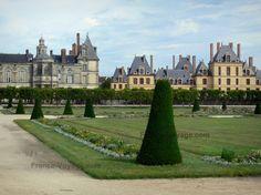 Jardins du château de Fontainebleau : Grand parterre (jardin à la française) avec vue sur les façades du palais de Fontainebleau