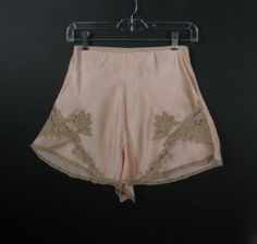 These peach silk tap pants are just that special piece of lingerie to make you feel sexy and feminine. This pair has an elastic banded