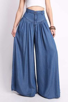 Super wide-leg denim pants with stitched ruching around the hips. Pockets on the sides. Light-weight material.