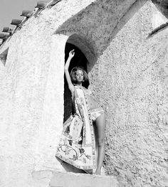 Marisa Berenson modelling Pucci in Sardinia, photo by Nello di Salvo