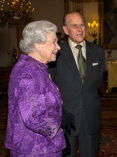 queen elizabeth nov 2013 | Queen Elizabeth + Prinz Philip: Eine Ehe ohne Ende | GALA.DE