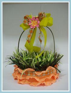 Linda cesta de Páscoa em vime, decorada com papel crepom, laços, fitas e flores.