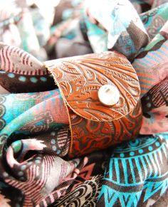 Ethno Schal mit Lederwrap #schal #tuch #scarf #leather #wrap #leder #ethno #boho #indie #aztec #azteken #hippie