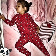 Bebeklerin sağlıklı gelişimleri için kesintisiz gece uykusu en az beslenme kadar önemlidir. Çünkü bebekler gerçekten uyuyarak büyürler. Uyku sırasında özellikle karanlıkta melatonin hormonu salgılanıyor. Bu hormonun salgılanması bağışıklık sisteminin güçlenmesinde önemli bir role sahip ve aynı zamanda hipofiz bezinin daha fazla büyüme hormonu salgılamasını sağlıyor. Bebeklerin uyurken de beyinleri çalışıyor ve gelişiyor. Bebek, uyanıkken oyunda öğrendiği bilgileri uyku sırasında organize…