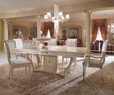 1925年創業のトゥーリ社の家具の特徴は「トゥーリデコレーション」と呼ばれる独特の塗装仕上げです。 複雑な模様が幾層にも重なった奥行きのある塗装は、職人が時間をかけて手作業で描いており、 大量生産では生み出せない唯一無二の美しさを誇ります。