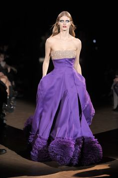 This gown comes with its own personal spotlight person lighter. And the surroundings must be in black for the awesome purple to shine in all its splendor. Malgosia Bela Givenchy haute couture printemps-été 2010