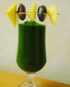 Grüner Smoothie aus Spinat, Mango, Datteln und etwas Zimt!  #grünersmoothie #mango #datteln #zimt #gesund #energie #veggie #vegan #transform30 #osc #grün #immunsystemstärken