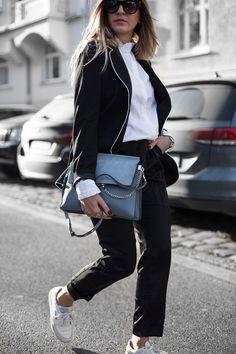 Sandra Ebert von black palms zeigt wie man einen Business Look sportlich mit Sneakern stylt. Streetstyle Layering Oversize Businesslook