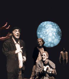 La compañía Teatro Meridional representa esta noche su producción QFWFQ. Una historia del universo en A Coruña.