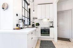 A gente não precisa nem dizer que a combinação apartamento pequeno, estilo escandinavo e tons de cinza é a nossa combinação predileta por aqui, precisa? Po
