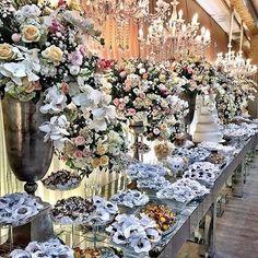Muito branco, e tons pasteis nas flores! Uma alternativa para quem nao quer tudo branco, mas tambem nao quer muita cor!  Via @incolor_iluminacao_cenica #casamento #wedding #noiva #bride #decoracao #weddinngdecor