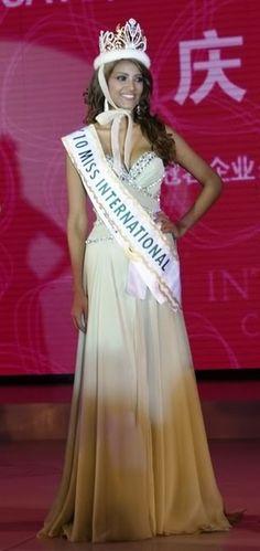 Elizabeth Mosquera - Venezuela se Convierte en Miss International 2010, en el Salon de Prensa, posando para los Fotografos y Reporteros Internacionales..