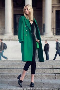 """afinefashionfrenzy: """" Jessica Stein looking gorgeous in this emerald green coat. Not every coat you own has to be black. Dare with colour. Green Fashion, Look Fashion, Womens Fashion, Net Fashion, Cheap Fashion, Paris Fashion, Fall Fashion, Fashion Design, Mode Chic"""