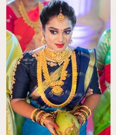 Gold Wedding Jewelry, Gold Jewelry Simple, Bridal Jewelry, Simple Necklace, South Indian Weddings, South Indian Bride, New Blouse Designs, Saree Blouse Designs, Temple Jewellery