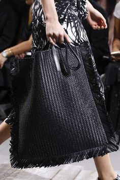 Michael kors frühjahr sommer 2018 new york womenswear handbagsmichaelkors Corduroy brown shoulder bag / recycled from a Black colour suitable for all occasions Bag Women, Women Wear, Diy Fashion Accessories, Summer Bags, Spring Summer, Knitted Bags, Crochet Bags, Mode Inspiration, Handbags Michael Kors