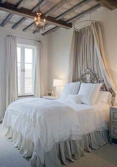 17 franska sovrum som är omöjliga att motstå - Sköna hem sänghimlen skulle passa perfekt på landet.
