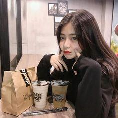 Trong hình ảnh có thể có: 1 người, trong nhà Aesthetic Couple, Korean Aesthetic, Aesthetic Girl, Pretty Korean Girls, Cute Korean Girl, Asian Girl, Korean Photo, Girl Korea, Ulzzang Korean Girl